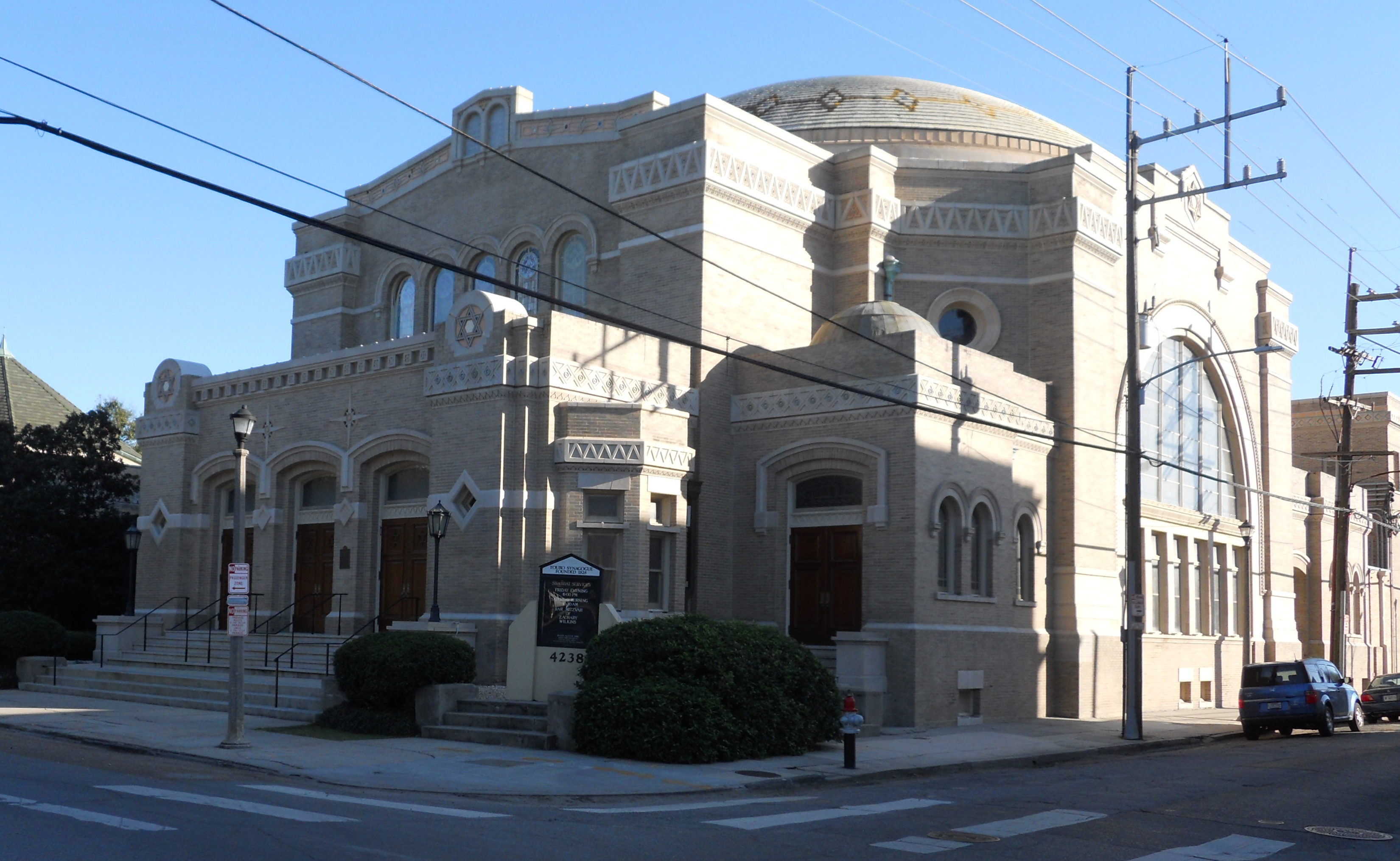 Southern Synagogue: Touro Synagogue, a brick building with rounded edges at street intersection