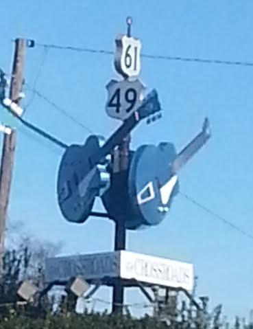 Double guitar statue. The Crossroads Where Robert Johnson met the Devil Clarksdale, Mississippi